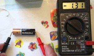 Как проверить батарейку мультиметром и узнать напряжение?