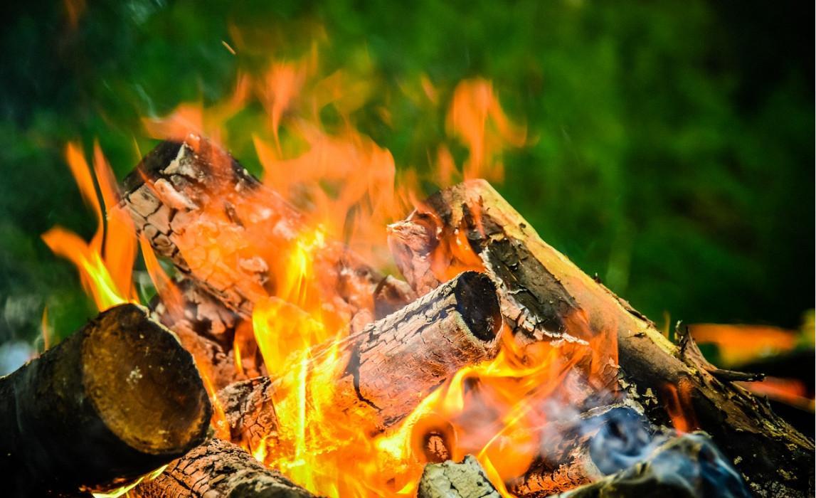 Как разжечь костер с помощью батарейки